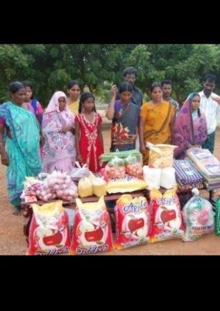 Persecuted families in India receive food from VOM.