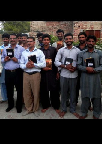 Christians in Pakistan recently recently received VOM-sponsored Bibles.