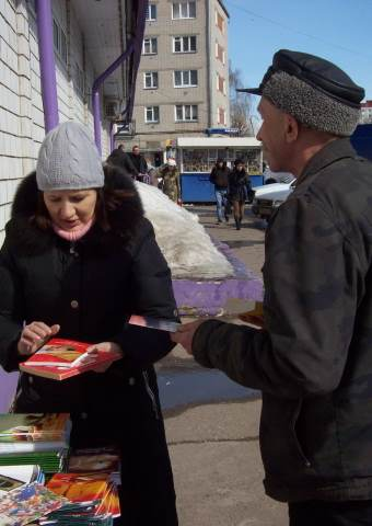 A group of Russian Christians has set up a book table to distribute Bibles and Christian literature free of charge, but they could now face fines for doing so.